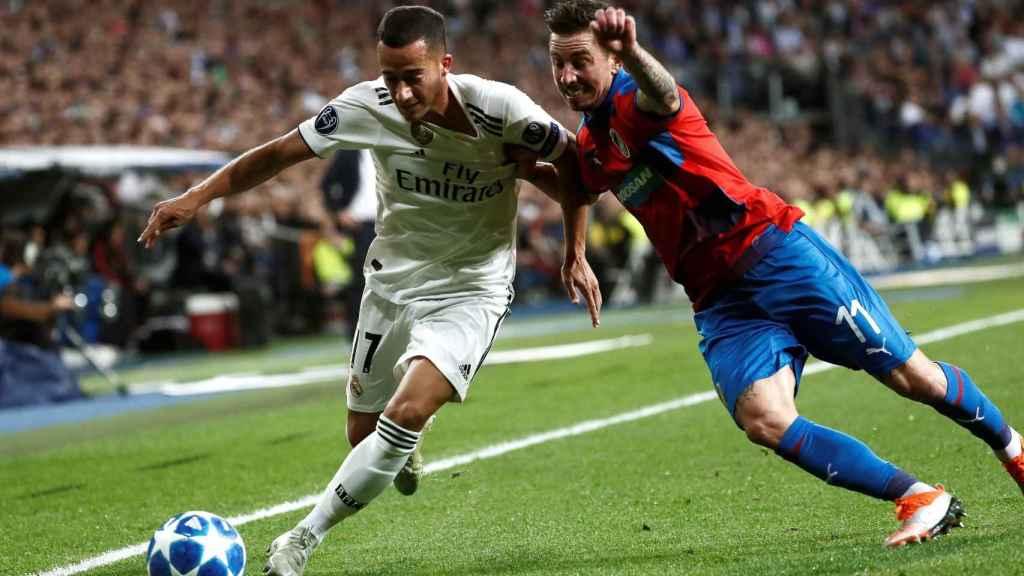 Lucas Vázquez pelea un balón con el centrocampista del Viktoria Pilsen Milan Petrzela