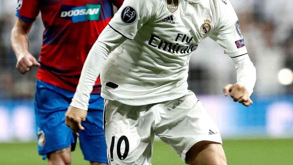 Luka Modric pelea un balón con el centrocampista del Viktoria Pilsen Milan Petrzela