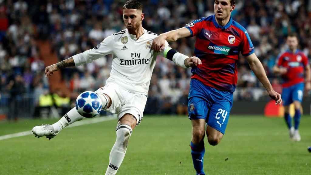 Sergio Ramos se dispone a golpear el balón ante el defensa del Viktoria Pilsen, Milan Havel