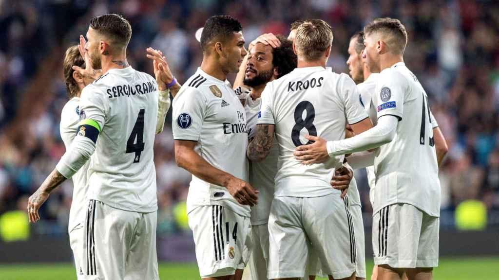 Los jugadores del Real Madrid felicitan a Marcelo tras marcar el segundo gol ante el Viktoria Pilsen