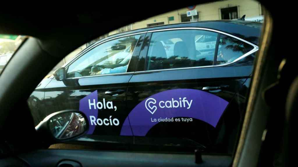 Coches de VTC en una imagen de archivos en las calles de Barcelona.