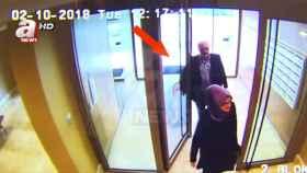 Jamal Khashoggi junto a su prometida el 2 de octubre de 2018, día del asesinato.