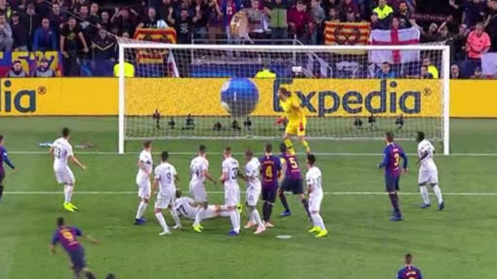 Luis Suárez, 'a lo Messi' y Brozovic evita el gol. Foto: Twitter (@chirichampions)