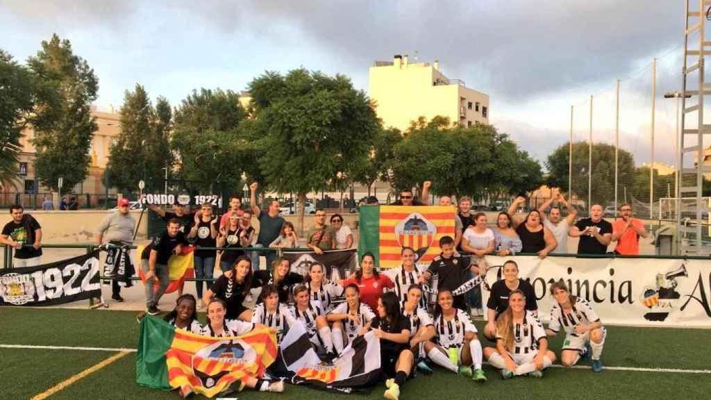 Aficionados del Castellón con el equipo femenino. Foto: Twitter (@FEDPECAS)