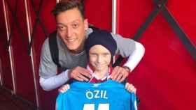 Mesut Özil junto a su mayor admirador, Charlie