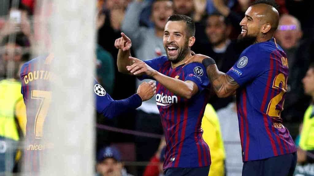 Coutinho, Jordi Alba y Arturo Sánchez celebran un gol del FC Barcelona