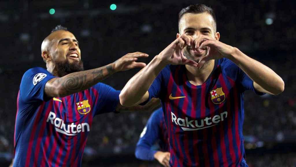 Arturo Vidal y Jordi Alba celebran un gol en el Barcelona - Inter Milán de Champions League