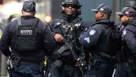 Policías de Nueva York a las puertas del Time Warner Center tras la amenaza de bomba.