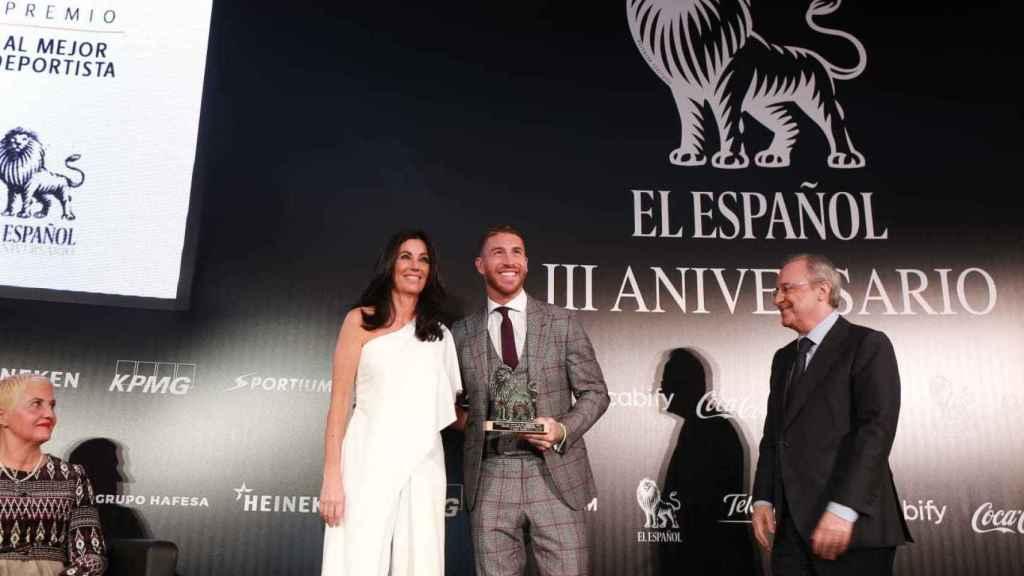 Sergio Ramos recoge su león junto a Eva Fernández, consejera delegada de EL ESPAÑOL, y Florentino Pérez, presidente del Real Madrid.