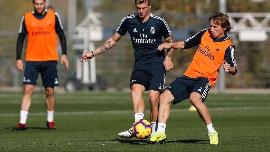 Kroos y Modric pelean un balón