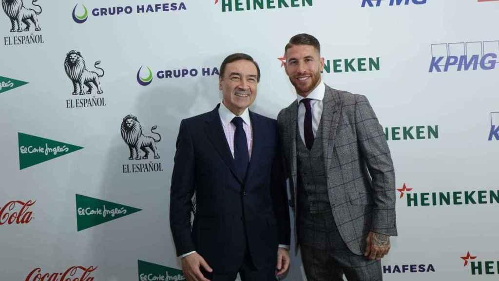 Pedro J. Ramírez, director de EL ESPAÑOL, y el futbolista Sergio Ramos.