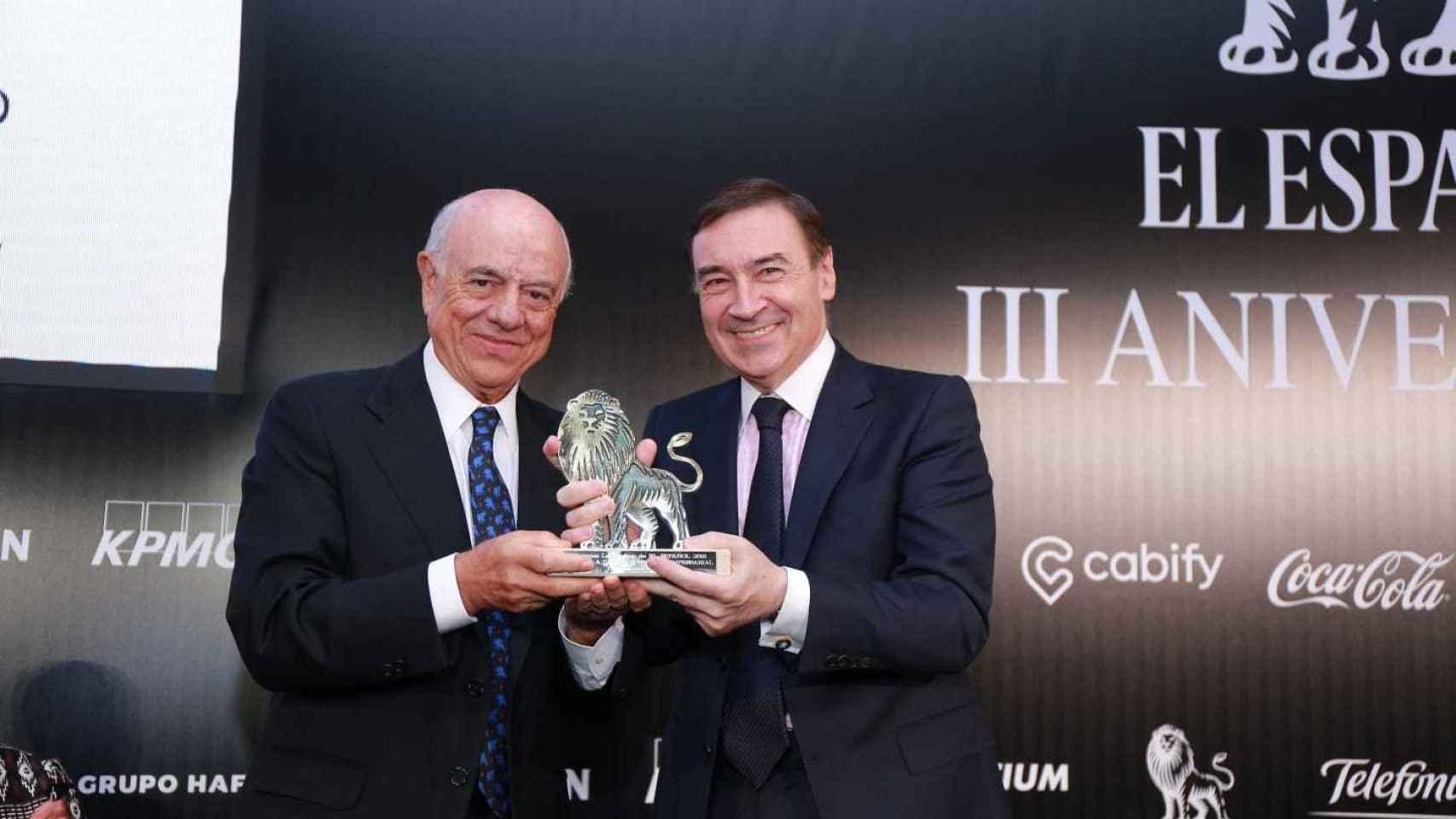 Francisco González, presidente del BBVA, recibe el premio León de El Español 2018 de manos de Pedro J. Ramírez.