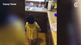 La hilarante pelea de una niña para que Alexia le pong