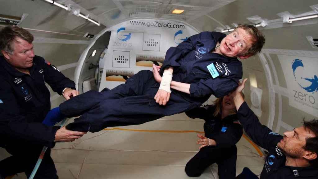 Stephen Hawking experimentando la gravedad 0 en 2007.