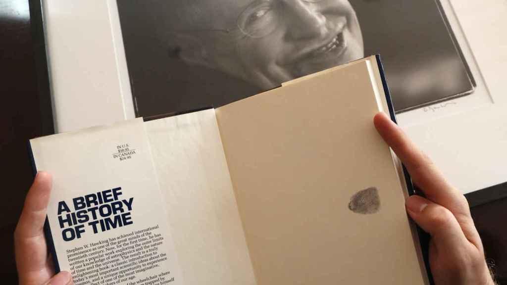 Un ejemplar de 'Breve historia del tiempo' firmado con la huella dactilar de Stephen Hawking.