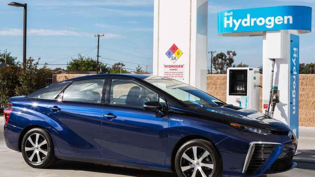 El Toyota Mirai incorpora tecnología de pila de combustible y tecnología híbrida.