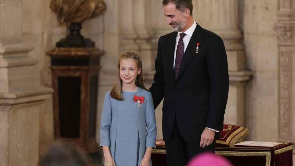 El rey Felipe y la princesa de Asturias en la imposición del Toisón de Oro.