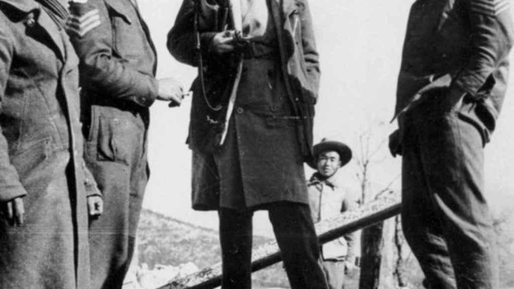 Martha Gellhorn hablando con unos soldados en Italia durante la II Guerra Mundial.