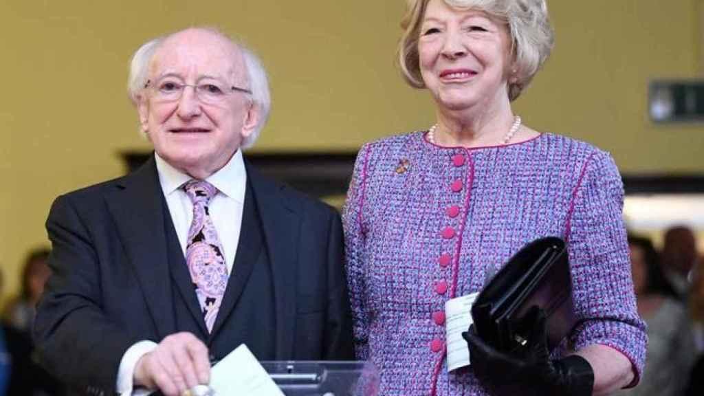 Michael Higgins y su mujer Sabina, votan en las presidenciales de Irlanda.