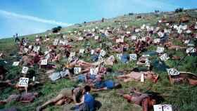 Varias decenas de extras de la película 'Espartaco' se hacen el muerto con carteles numéricos para que Kubrick pudiese dirigirse a ellos. Photo: J. R. Eyerman