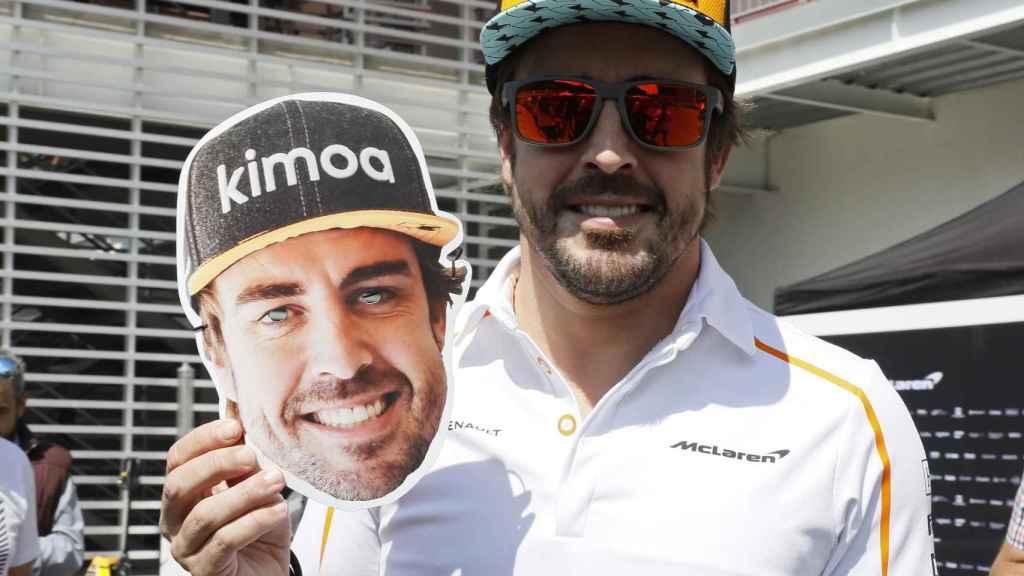 Fernando Alonso, con una de las máscaras que preparan en México.
