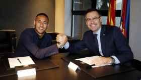 Neymar y el  presidente del F. C. Barcelona, Josep María Bertomeu, en la firma de su fichaje.