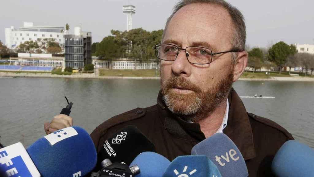Antonio del Castillo, atendiendo a los medios de comunicación.