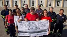 Anabel, Diego y Noelia Benítez portando el cartel, junto a Juan Manuel Pinto y los miembros del comité de Navantia.