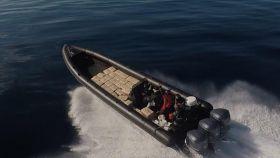 Una lancha cargada de fardos de hachís cruza las aguas del Estrecho de Gibraltar.