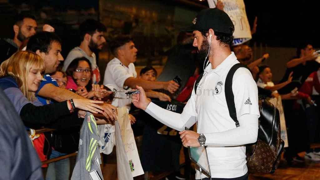 Isco, con los aficionados a la llegada a Barcelona