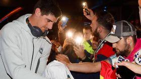 Courtois, con los aficionados a la llegada a Barcelona