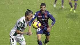 Salgueiro y Jonathan Silva pelean por un balón