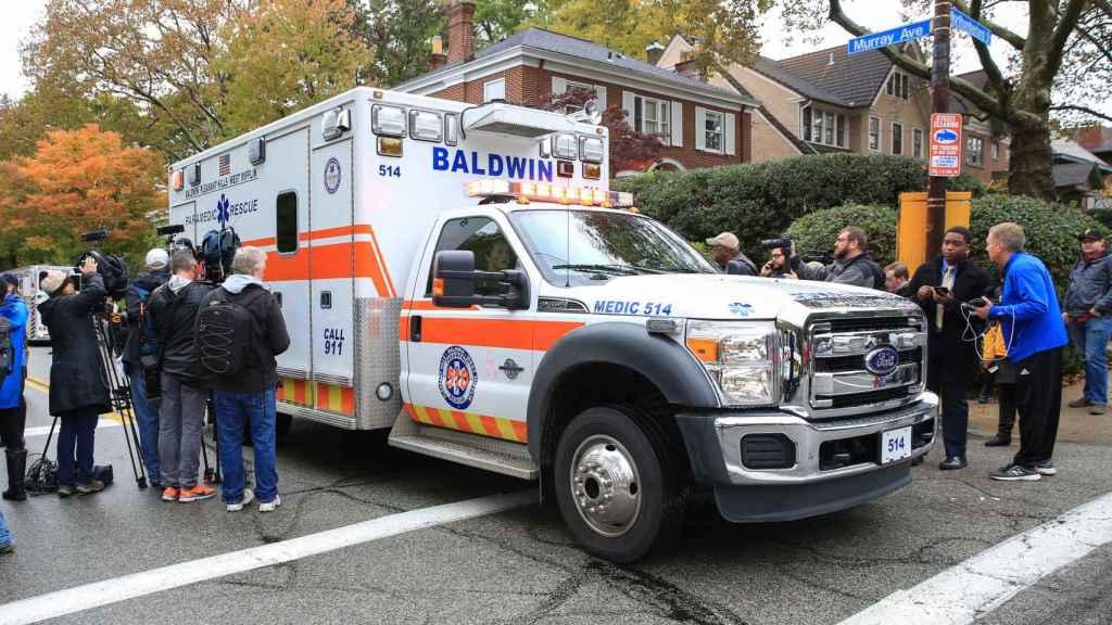 Una ambulancia sale de la sinagoga Tree of Life de Pittsburg, Pensilvania.