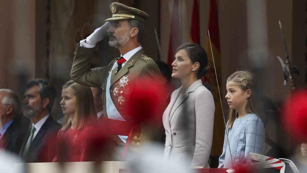 Leonor, a la derecha del padre en el desfile militar del día de la Fiesta Nacional.