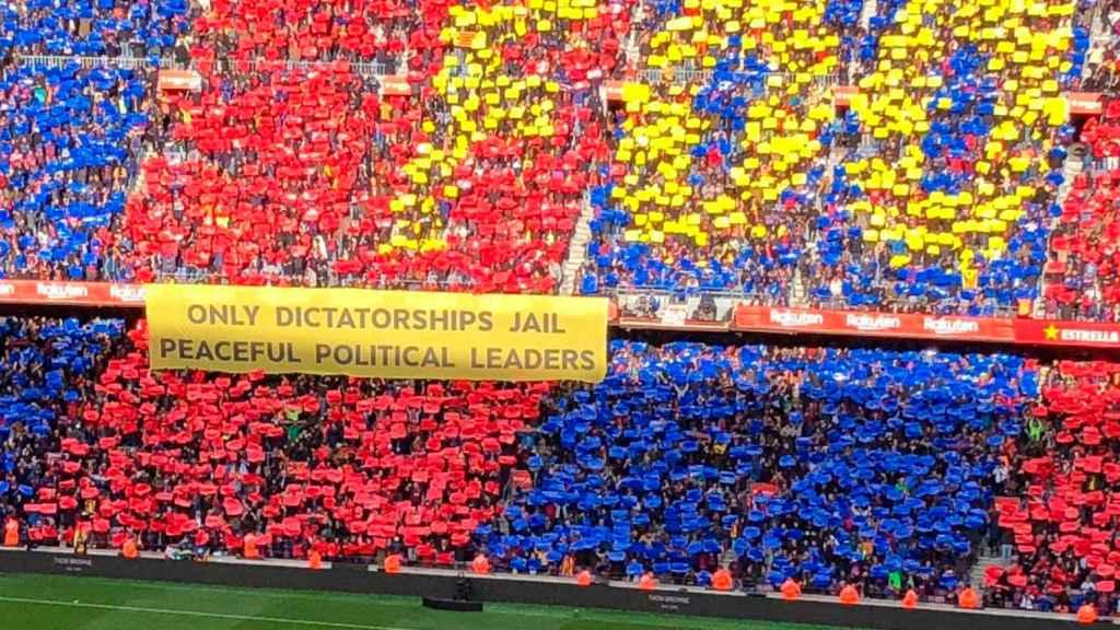 Pancarta con contenido político en las gradas del Camp Nou durante El Clásico