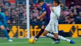 Penalti de Varane sobre Luis Suárez