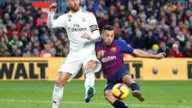 Jordi Alba disputa un balón con Sergio Ramos.
