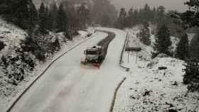 Un camión quitanieves despeja la NA-137 en el puerto de Belagoa, Navarra.