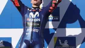 Maverick Viñales celebra en el podio su victoria en el Gran Premio de Australia.