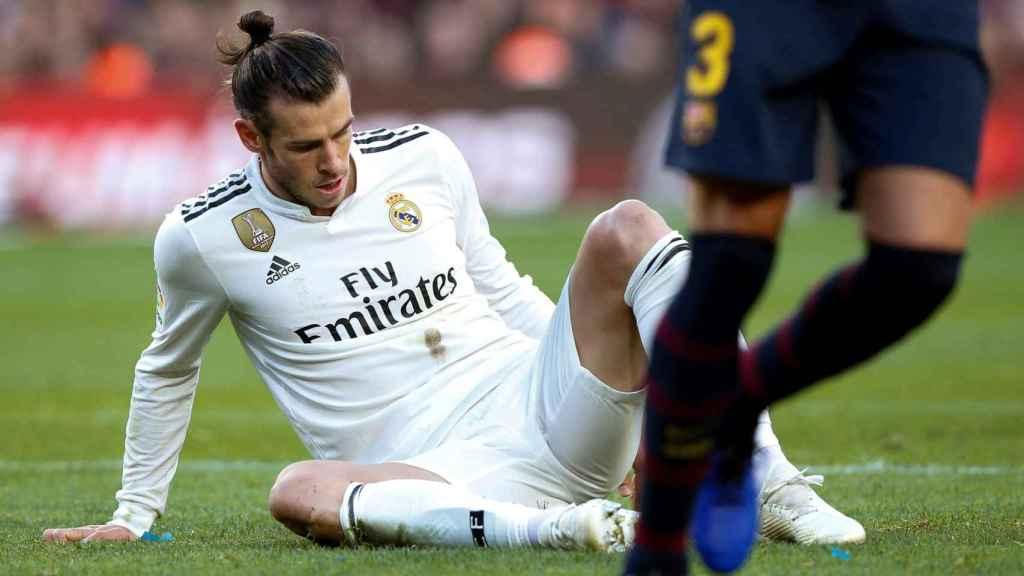 Gareth Bale tendido en el campo durante El Clásico