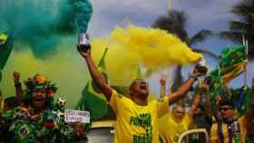 Partidarios de Bolsonaro celebrando en la calle.