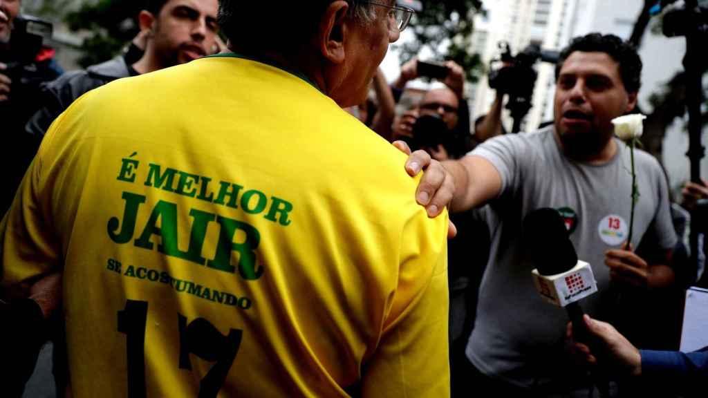 Un simpatizante  de Haddad manifiesta su apoyo  en un colegio electoral en la ciudad de Sao Paulo.