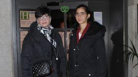 Alba Flores con su madre saliendo del local donde se celebró su cumpleaños.