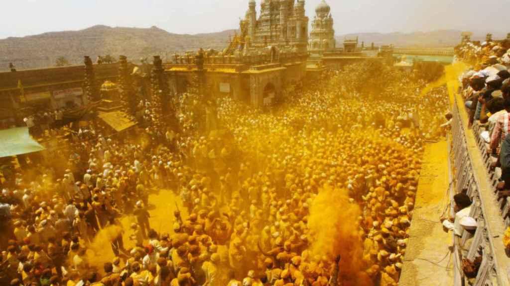 Festividad del 'Somavati Amavasya' en Bombay, en el que se arroja polvo de cúrcuma.