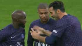 Buffon charla con Mbappé tras llegar tarde a la charla de Tuchel