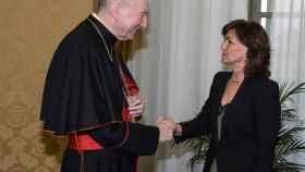 El cardenal Pietro Parolin recibe a la vicepresidenta del Gobierno, Carmen Calvo, en el Vaticano.