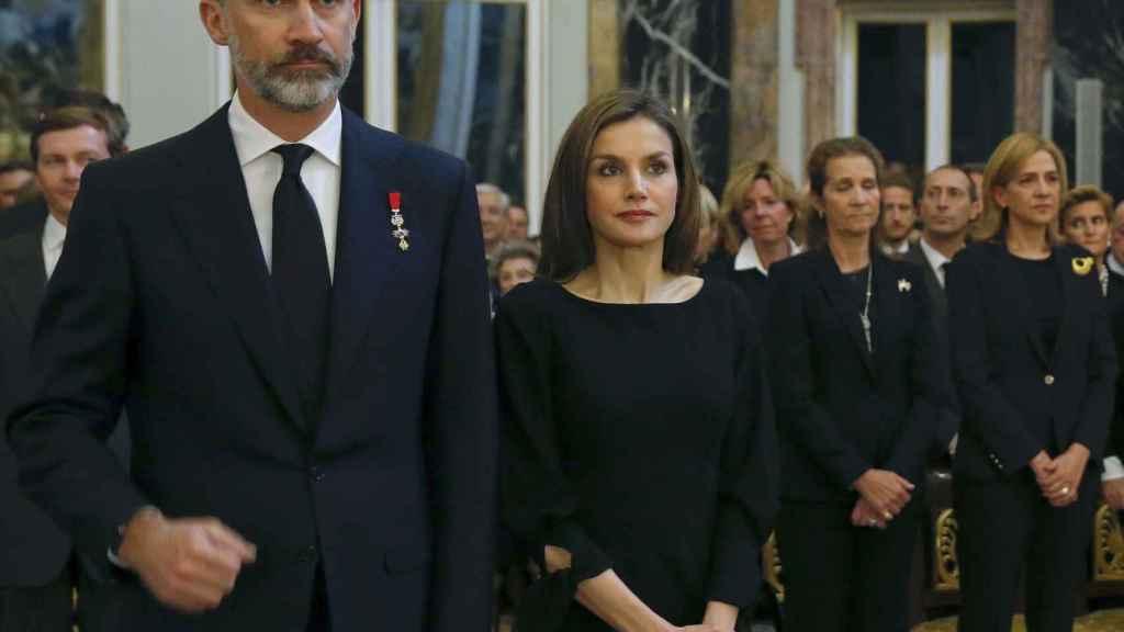 Los reyes y las infantas de fondo, en el funeral de Alicia de Borbón y Parma.