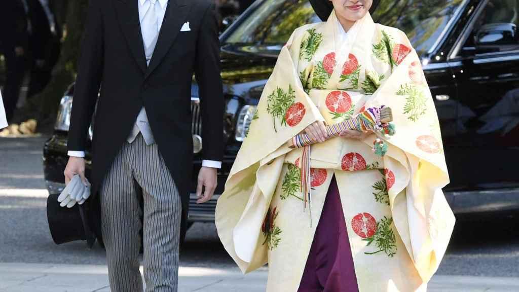 La princesa Ayako junto a su esposo en la ceremonia.