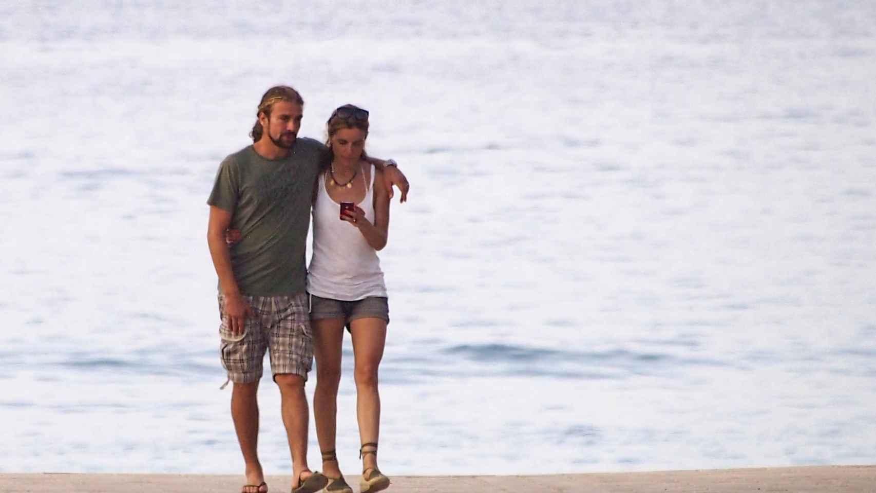 Mario Biondo y Raquel Sánchez Silva paseando por la playa tras su boda.