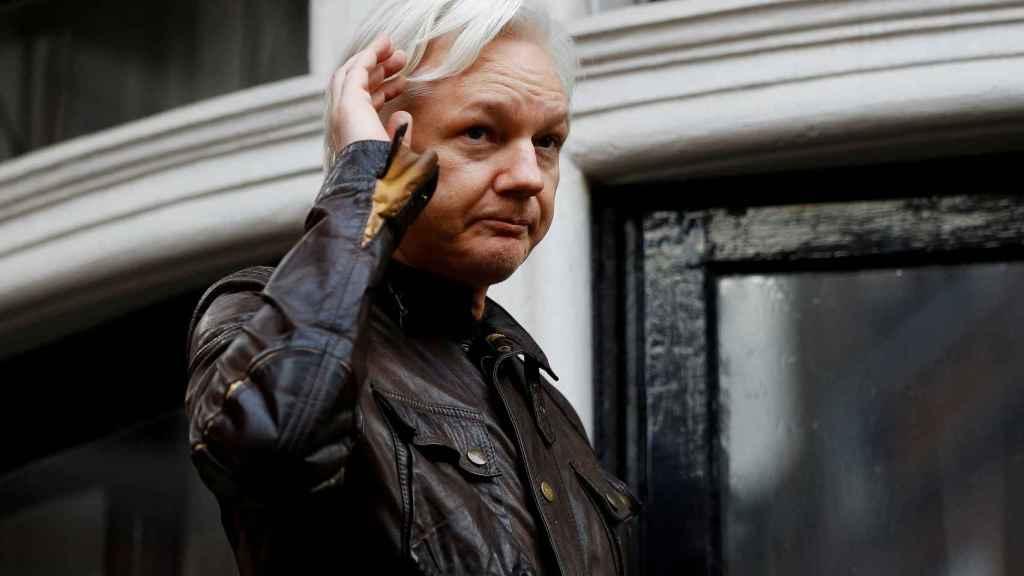 Assange, en el balcón de la embajada ecuatoriana